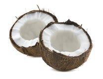 2 gebroken kokosnoten halve die stukken op wit worden geïsoleerd Royalty-vrije Stock Afbeelding