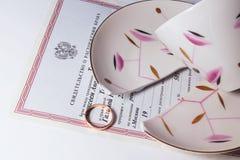 Gebroken kop, rings en scheidingsdocumenten royalty-vrije stock afbeeldingen