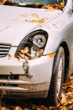 Gebroken Lampkoplamp en Bumperauto die met Diepe Schade wordt gekrast stock afbeeldingen