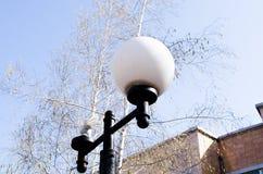 Gebroken lantaarn De regels van de reclamenaleving vandalisme Lantaarns in het parkgebied Gedragsregels materi?le schade royalty-vrije stock afbeelding
