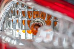 Gebroken linker achterdiesignaallicht van auto, op reflector van ye wordt geconcentreerd stock foto's