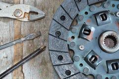 Gebroken motorkoppeling op houten raad Stock Fotografie