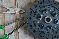 Gebroken motorkoppeling op houten raad Royalty-vrije Stock Foto's