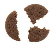 Gebroken Nederlands cacaokoekje op een witte achtergrond Stock Foto's