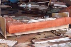 Gebroken oranje laag en ander meubilair in vernietigde winkel in Pripyt stock foto's