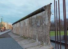 Gebroken oud deel van de historische muur in Berlijn royalty-vrije stock foto's