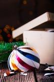 Gebroken oude uitstekende Kerstmisballen met kartondoos Stock Afbeelding