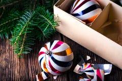 Gebroken oude uitstekende Kerstmisballen met kartondoos Stock Foto