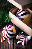 Gebroken oude uitstekende Kerstmisballen met kartondoos Royalty-vrije Stock Afbeeldingen