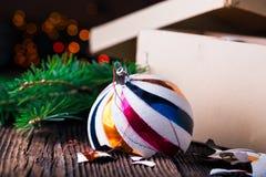 Gebroken oude uitstekende Kerstmisballen met kartondoos Stock Fotografie