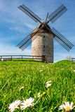 Gebroken oude windmolen in Skerries, Ierland, Europa stock foto's