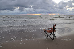 Gebroken rode vissersstoel Royalty-vrije Stock Foto's