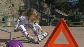 Gebroken rollerblade in een klein meisje stock videobeelden