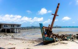 Gebroken schipbreuk verlaten op het vuile strand in Thailand met oude wo stock afbeelding