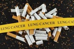 Gebroken sigaret met bericht Lung Cancer stock fotografie