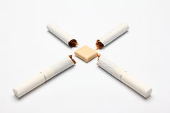 Gebroken sigaretten en gom Royalty-vrije Stock Foto