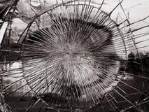 Gebroken spiegelglas waarin de stad, zwart-witte versie wordt weerspiegeld Stock Afbeeldingen