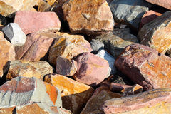 Gebroken stenen voor bankbescherming stock afbeeldingen
