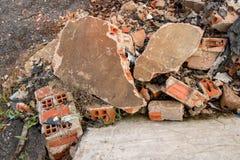 Gebroken Stukken van Concrete Cementmuur met Bakstenen in Autokerkhof - Hoop van het Afval van het Bouwhuisvuil - Uitstekende Ruw royalty-vrije stock fotografie
