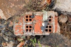 Gebroken Stukken van Concrete Cementmuur met Bakstenen in Autokerkhof - Hoop van het Afval van het Bouwhuisvuil - Uitstekende Ruw royalty-vrije stock foto's