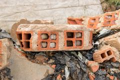 Gebroken Stukken van Concrete Cementmuur met Bakstenen in Autokerkhof - Hoop van het Afval van het Bouwhuisvuil - Uitstekende Ruw royalty-vrije stock afbeeldingen