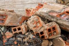 Gebroken Stukken van Concrete Cementmuur met Bakstenen in Autokerkhof - Hoop van het Afval van het Bouwhuisvuil - Uitstekende Ruw royalty-vrije stock foto