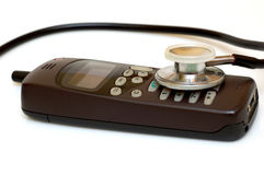 Gebroken telefoon en stethoscoop stock afbeeldingen
