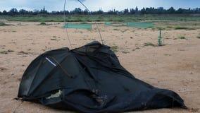 Gebroken tent bij het strand stock video
