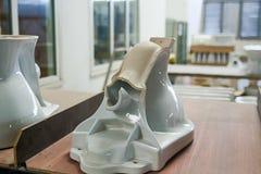 Gebroken toiletten product met gebreken in de workshop royalty-vrije stock afbeelding