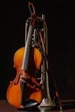 Gebroken trompet en viool op de houten vloer Stock Foto