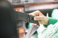 Gebroken veiligheidsgordel op de auto in oude uitstekende auto stock foto