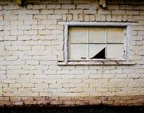 Gebroken venster bij de verlaten bouw Stock Foto