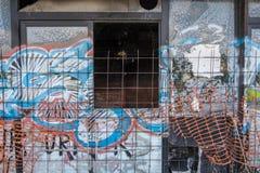 Gebroken venster en graffiti van een verlaten versleten clubhuis stock foto
