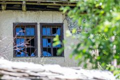 Gebroken venster op de aarden muur van verlaten huis royalty-vrije stock fotografie
