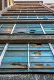 Gebroken vensters op een verlaten gebouw in Dresden, Duitsland stock foto