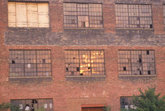Gebroken vensters van een verlaten gebouw van de baksteenfabriek, Zuidenkromming, Indiana Stock Foto's