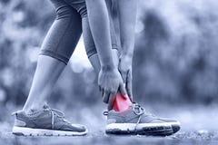 Gebroken verdraaide enkel - lopende sportverwonding stock afbeeldingen