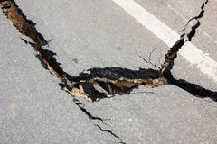 Gebroken weg door een aardbeving in Chiang Rai, Thailand Stock Afbeeldingen