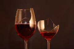 Gebroken Wijnglazen met Wijn Royalty-vrije Stock Foto