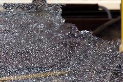 Gebroken zijruit in het voertuig Nadat het glas werd gebroken, barstte het en het keek als een netwerk stock foto's
