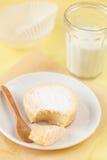 Gebroken Zoet Sugar Milk Cake op een witte plaat Royalty-vrije Stock Afbeelding