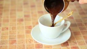 Gebrouwen koffie stock video