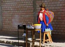 Gebürtige Frau, die Straßenlebensmittel verkauft Lizenzfreie Stockfotos