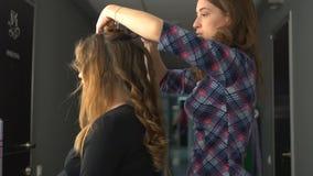 Gebruik van kosmetische olie kapper, schoonheidssalon stock videobeelden