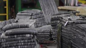 Gebruik van rubber voor industriële doeleinden stock footage