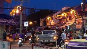 Gebruikelijk verkeer in Thailand in de voorsteden stock videobeelden