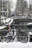 Gebruikelijke zwarte fiets op de brug dichtbij het kanaal Royalty-vrije Stock Afbeelding