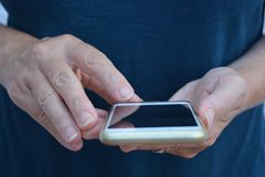 Gebruiken touchscreen van een mobiele telefoon, in openlucht stock foto's