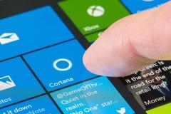 Gebruikend Cortana op Oppervlakte Pro 4 Stock Foto's
