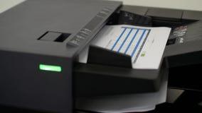 Gebruikend de printer aan het aftasten van het document stock video